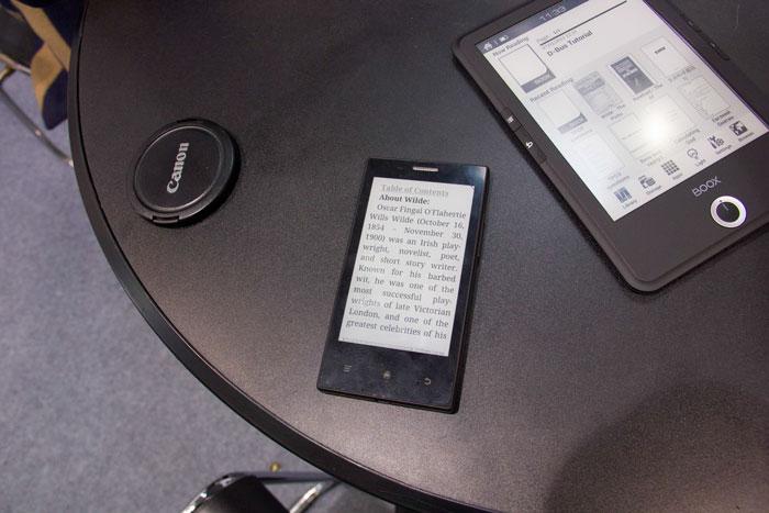 El MIDIA InkPhone tiene una autonomía de 2 semanas gracias a su pantalla de tinta electrónica, Imagen 3