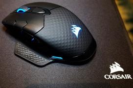 El ratón gaming Corsair Dark Core RGB también prescinde de los cables y añade carga inalámbrica