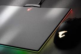 La Aorus P7 es una alfombrilla con iluminación RGB configurable