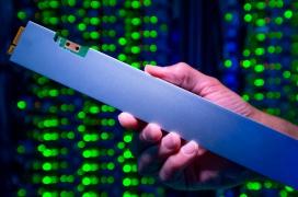 Intel deja ver un SSD M.2 de 32 TB y 30 cm, el más denso del mundo