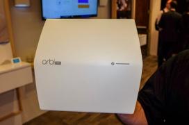 El NetGear Orbi Pro Ceiling Satellite es un repetidor WiFi ac3000 que solo necesita un cable para funcionar