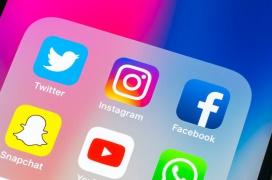 Las cámaras de los iPhone con la última versión de iOS se activan en segundo plano al usar la app de Facebook