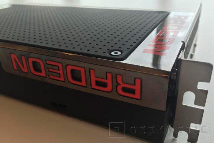 Un empleado de EA muestra una foto de la Radeon R9 390X, Imagen 1